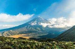 Por do sol na montagem Taranaki Fotos de Stock Royalty Free