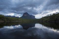 Por do sol na montanha de Auyantepui no parque nacional de Canaima fotografia de stock