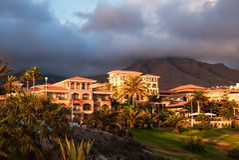 Por do sol na montanha de Puerto de la Cruz, Tenerife, Spain. Recurso do hotel do turista. Por do sol Imagens de Stock