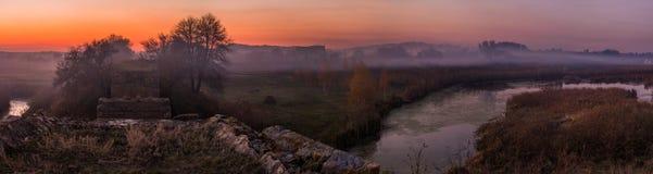 Por do sol na névoa do outono do campo Imagem de Stock