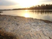 Por do sol na noite com as nuvens em torno dele Fotografia de Stock Royalty Free