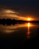 Por do sol na noite morna do verão do rio. Foto de Stock Royalty Free