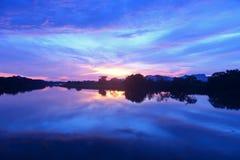 Por do sol na opinião da paisagem do lago Fotografia de Stock