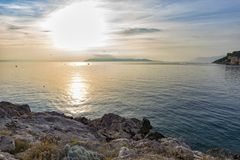 Por do sol na opinião de mar de adriático da costa rochosa foto de stock