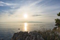Por do sol na opinião de mar de adriático da costa rochosa imagem de stock