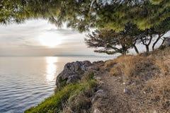 Por do sol na opinião de mar de adriático da costa rochosa fotografia de stock
