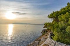 Por do sol na opinião de mar de adriático da costa rochosa fotos de stock royalty free