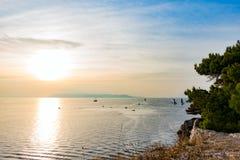 Por do sol na opinião de mar de adriático da costa rochosa fotos de stock