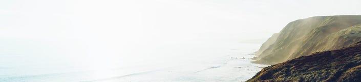 Por do sol na paisagem natural da montanha Vale verde no céu dramático do fundo, oceano nevoento do mar Perspectiva v do horizont imagem de stock