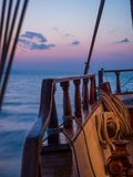 Por do sol na plataforma do veleiro ao cruzar foto de stock royalty free