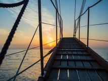Por do sol na plataforma do veleiro ao cruzar imagens de stock