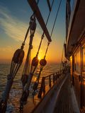 Por do sol na plataforma do veleiro ao cruzar fotografia de stock royalty free