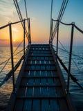 Por do sol na plataforma do veleiro ao cruzar foto de stock