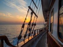 Por do sol na plataforma do veleiro ao cruzar imagem de stock
