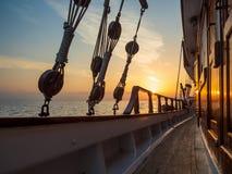 Por do sol na plataforma do veleiro ao cruzar imagem de stock royalty free