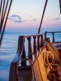 Por do sol na plataforma do veleiro ao cruzar fotos de stock royalty free