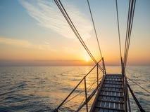 Por do sol na plataforma do veleiro ao cruzar fotografia de stock
