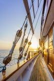 Por do sol na plataforma do veleiro ao cruzar fotos de stock