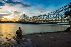 Por do sol na ponte de Howrah no rio Ganges imagens de stock