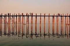 Por do sol na ponte de U Bein, Myanmar Imagem de Stock