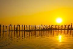 Por do sol na ponte de U Bein, Myanmar Foto de Stock Royalty Free