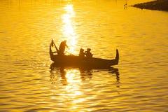 Por do sol na ponte de U Bein, Myanmar Imagens de Stock