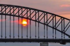 Por do sol na ponte do porto em Sydney, Austrália imagens de stock