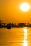 Por do sol na ponte do Teakwood de U Bein, Amarapura em Myanmar (Burmar Fotos de Stock
