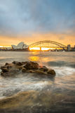 Por do sol na ponte do teatro da ópera e do porto, Sydney, Austrália Fotografia de Stock