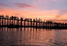 Por do sol na ponte Myanmar de U Bein Foto de Stock Royalty Free