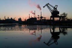 Por do sol na porta de Gdansk. fotos de stock royalty free