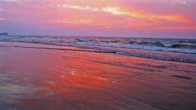 Por do sol na praia, baía de Bengal, Chaung Tha, Myanmar video estoque