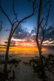 Por do sol na praia chave Florida do amante foto de stock