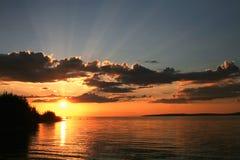 Por do sol na praia com céu bonito Fotografia de Stock