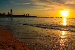 Por do sol na praia com céu bonito foto de stock