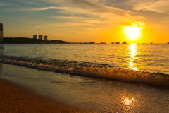Por do sol na praia com céu bonito imagens de stock royalty free