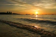 Por do sol na praia com céu bonito fotos de stock