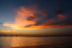 Por do sol na praia com céu bonito fotografia de stock royalty free