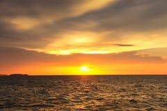 Por do sol na praia com céu bonito imagem de stock