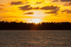 Por do sol na praia com céu bonito Fotos de Stock Royalty Free