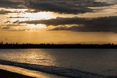 Por do sol na praia com céu bonito Foto de Stock Royalty Free