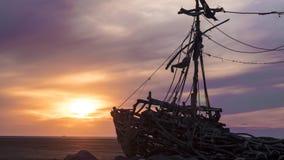 Por do sol na praia com destruição Foto de Stock Royalty Free