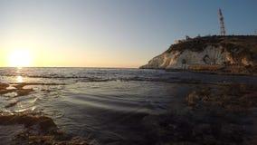 Por do sol na praia de Achziv video estoque