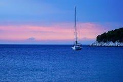 Por do sol na praia de Agnontas, Skopelos, Grécia fotos de stock royalty free