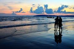 Por do sol na praia de Aonang (Krabi, Tailândia) Foto de Stock Royalty Free