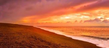 Por do sol na praia de Chesil imagem de stock