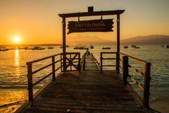 Por do sol na praia de Gili Trawangan com céu e sunbeds coloridos, a ilha do paraíso, Gili, Bali Lombok, Indonésia fotos de stock royalty free
