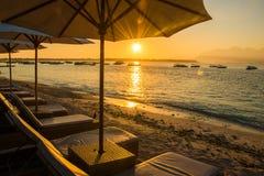 Por do sol na praia de Gili Trawangan com céu e sunbeds coloridos, a ilha do paraíso, Gili, Bali Lombok, Indonésia fotografia de stock