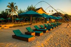 Por do sol na praia de Gili Trawangan com céu e sunbeds coloridos, a ilha do paraíso, Gili, Bali Lombok, Indonésia foto de stock royalty free