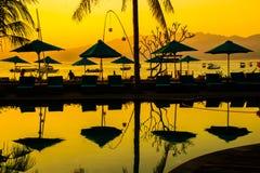 Por do sol na praia de Gili Trawangan com céu e sunbeds coloridos, a ilha do paraíso, Gili, Bali Lombok, Indonésia foto de stock
